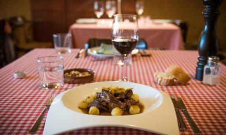 Rabo de toro y vino del Priorat en el restaurant hostal Sport