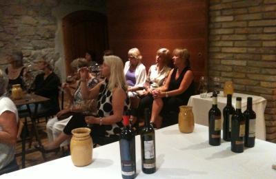 Dones noruegues fan tast de vins a l'Hotel Hostal Sport