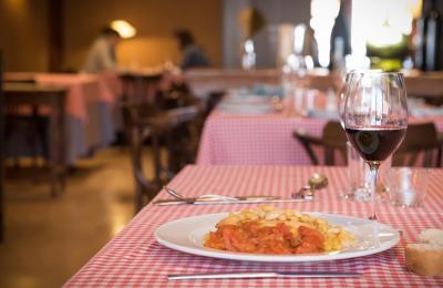 Cuina tradicional al menjador principal del restaurant Hostal Sport