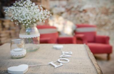 Detalls d'una boda vintage al jardí de l'hotel