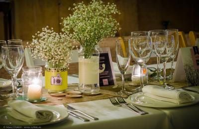 Detalls de la taula en una boda al jardí de l'hotel