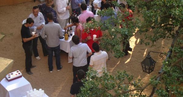 Cata de vi de Vila Viniteca als jardins de l'Hotel Hostal Sport