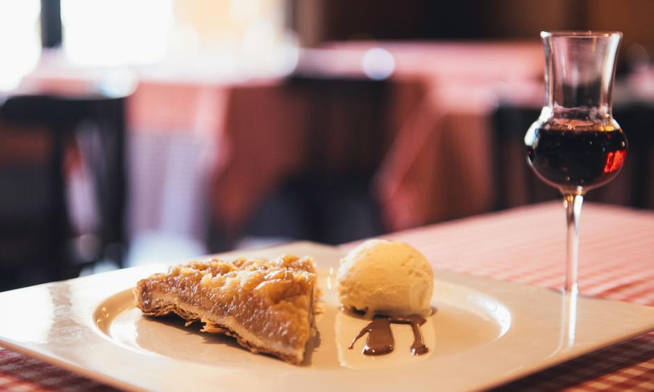 Restaurant Hostal Sport Priorat - tarta taten amb vi dolç del Priorat