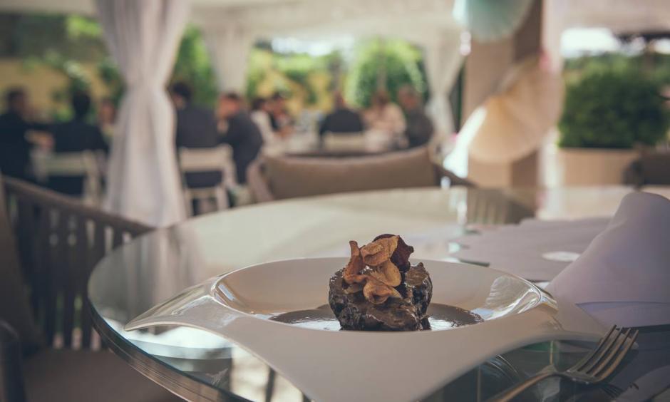 càtering celebracions - galta de vaca amb foie i xips de verdures